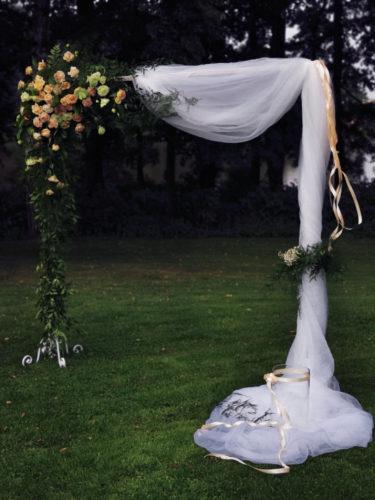plener, bramka z kwiatami