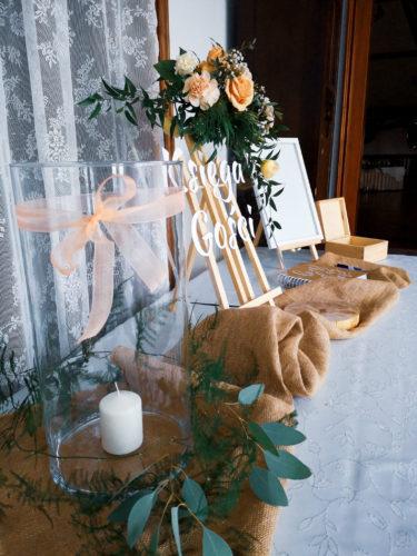 księga gości, dekoracje kwiatowe, świeca