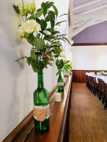 dekoracja sali, zielone butelki