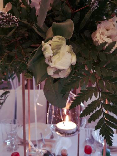 kompozycja boho z wrzosem i świecą w szkle