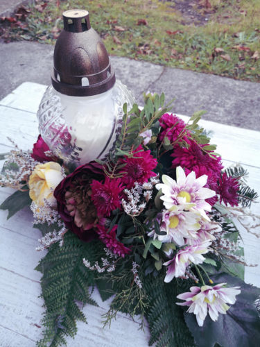 dekoracja na groby ze świecą