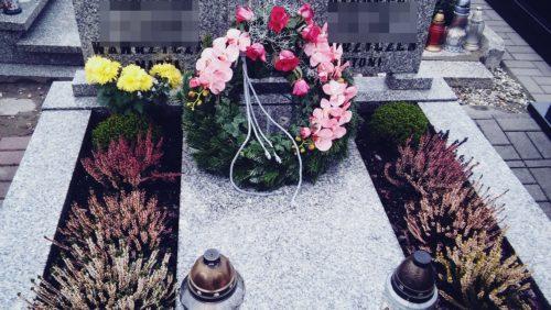 dekoracja na grób w kształcie wianka z różowymi kwiatami