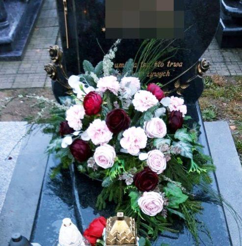 dekoracja na g rób z różowymi i czerwonymi różami