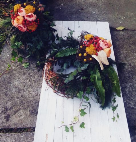 komplet dekoracji na grób w kolorach jesiennych
