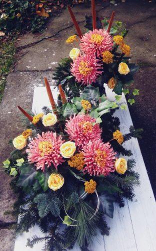 komplet dekoracji na grób w kolorze różowo pomarańczowo żółtym